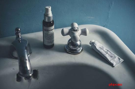 《老式浴室与现代洗涤用品》 摄影师:Jochen Arndt(德国)