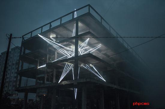 刺穿四层楼的巨大星光雕塑