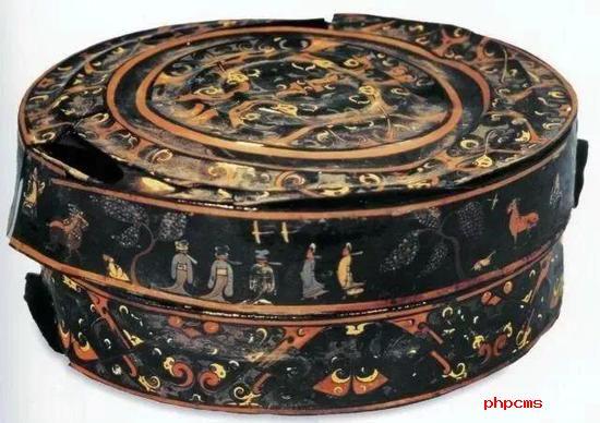 彩绘出行图夹纻胎漆奁 战国 湖北省博物馆藏
